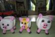 Lợn đồ chơi bằng hộp sữa chua nhựa phế liệu